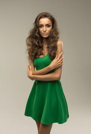 jolie fille: Belle femme en robe verte Banque d'images