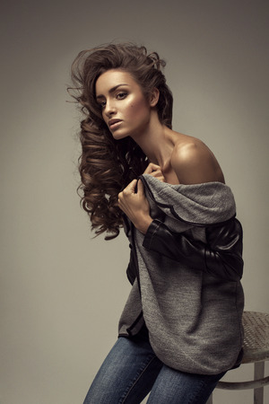 labios sensuales: Joven mujer hermosa de moda