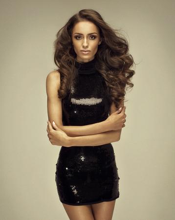 cabello rubio: Retrato de mujer de moda en el vestido negro