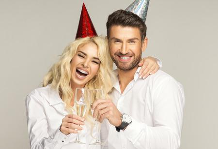 anniversaire: Portrait d'un couple de rire avec des verres de champagne Banque d'images