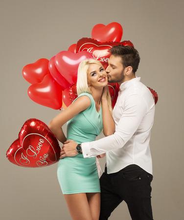 marido y mujer: Valentines foto de pareja bes�ndose Foto de archivo