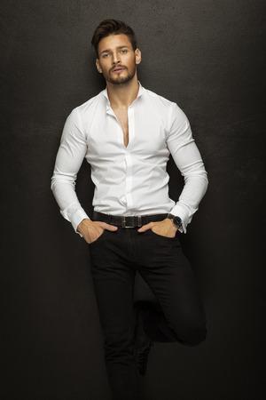 hombres jovenes: Apuesto modelo de moda