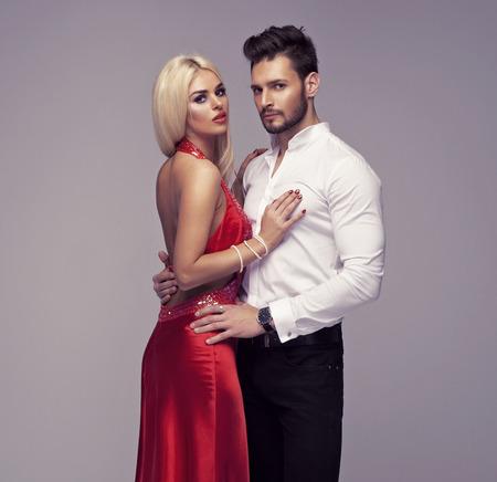 vestido de noche: Hermosa pareja posando