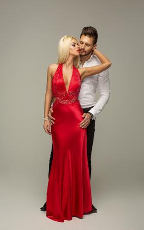 traje de gala: pareja bes�ndose