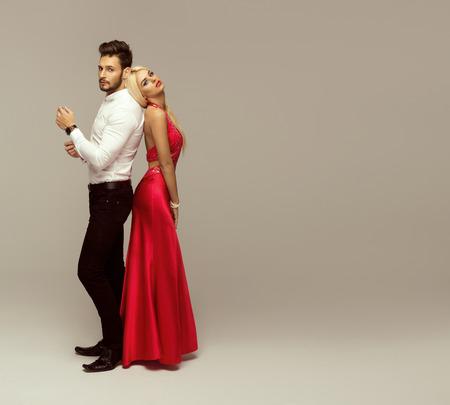 uomo rosso: Bella coppia di moda