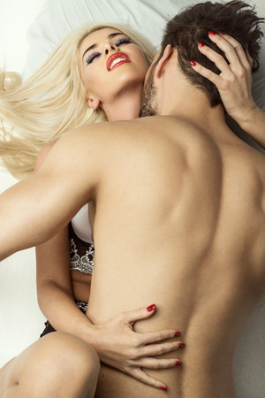 sexo pareja joven: Pareja joven en la cama