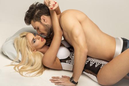 young couple sex: Сексуальная пара в постели Фото со стока