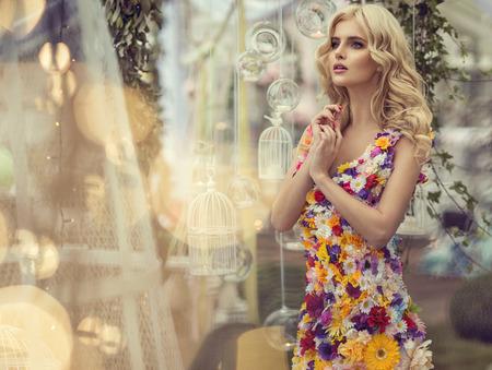 modelos posando: Mujer de moda en el vestido de flores Foto de archivo