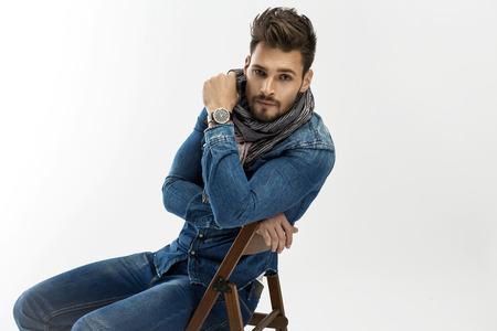 bel homme: Bel homme posant Banque d'images