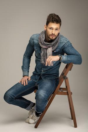 Bel uomo indossa jeans Archivio Fotografico