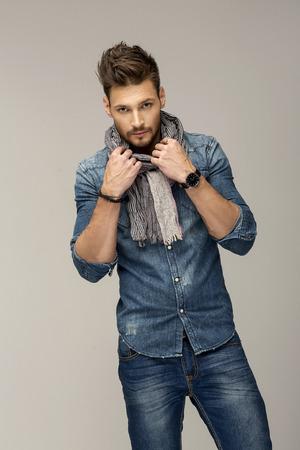 viso uomo: Bel uomo indossa jeans Archivio Fotografico