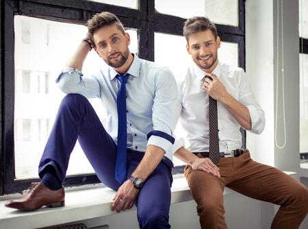 Sexy knappe mannen poseren