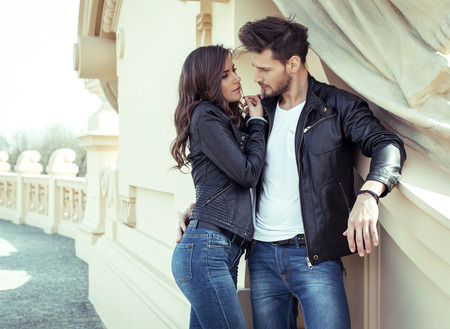 Junges Paar sucht bei jedem anderen  Standard-Bild - 42806191