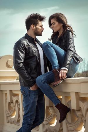 Foto van jonge verliefde paar op zoek naar elkaar buitenshuis Stockfoto