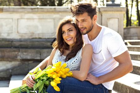 parejas romanticas: Retrato de verano de feliz pareja al aire libre