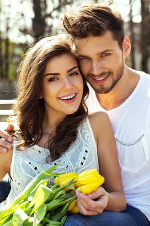 Zomer portret van mooie gelukkige paar