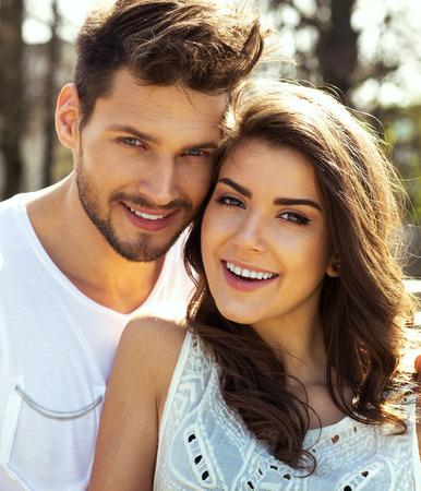 Sommer-Porträt der schönen glückliches Paar Standard-Bild - 42806370