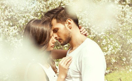novios besandose: Retrato de pareja bes�ndose