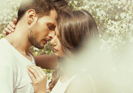 parejas sensuales: Retrato de pareja besándose