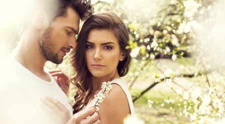 parejas romanticas: Pareja sensual en contacto entre s� en el jard�n Foto de archivo