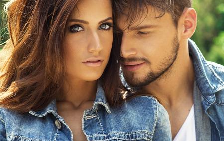 parejas jovenes: Retrato de hermosa pareja Foto de archivo