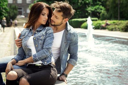 femme romantique: Jeune couple embrassant Banque d'images