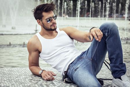 bel homme: Mod�le sexy en lunettes de soleil aviateur Banque d'images