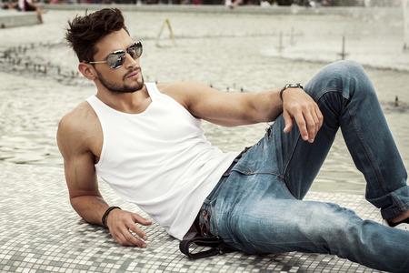 modelos masculinos: Hombre atractivo en gafas de sol de aviador