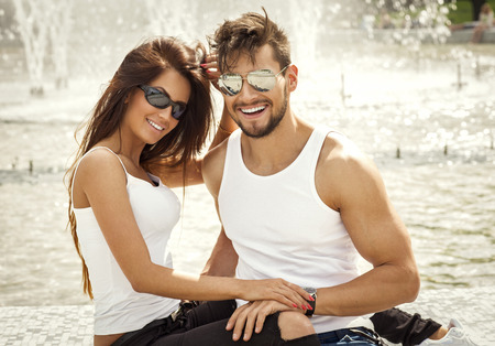 jovem: Casal atraente feliz nos óculos de sol Imagens