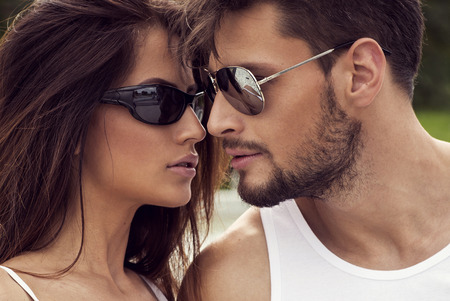 beso: Retrato de pareja sexy en gafas de sol Foto de archivo