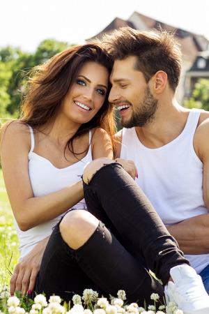 femme romantique: Happy couple sur une date souriant et toucher l'autre