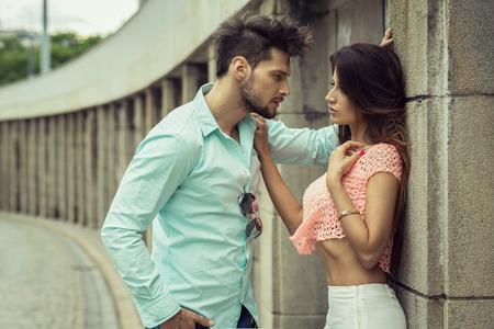 parejas sensuales: Buena pareja elegante que se miran a los ojos