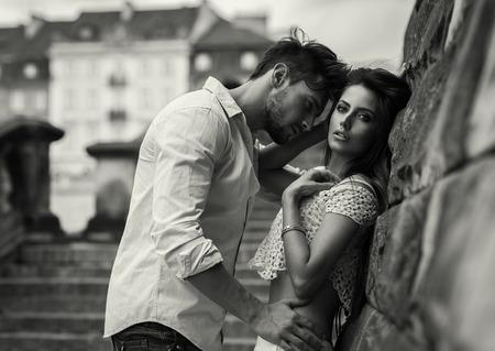 beso: Foto blanco y negro de la atractiva pareja