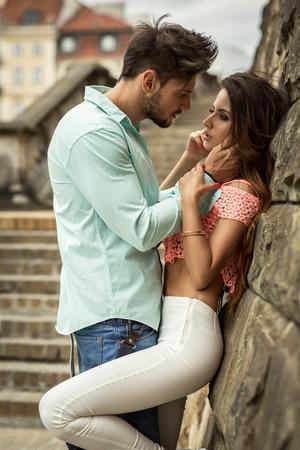 Foto do casal se beijando Imagens