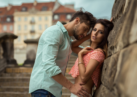 femme romantique: Attractive jeune couple toucher les uns les autres Banque d'images