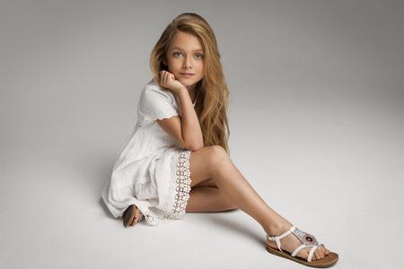 dívka: Krásná holčička pózuje Reklamní fotografie