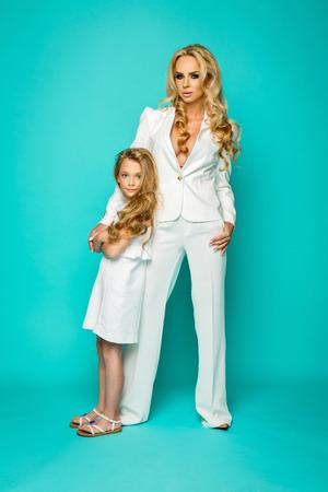 madre e hija: Forme a la mujer con poco posando chica preatty Foto de archivo