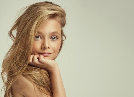 mode: Portret van lachende meisje Stockfoto