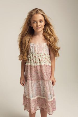 niños rubios: Muchacha de presentación de moda joven
