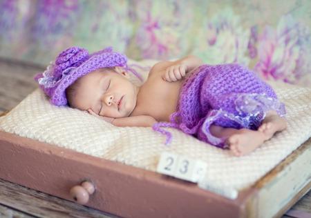 manos y pies: Ni�a beb� reci�n nacido durmiendo