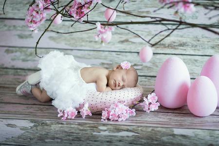 manos y pies: Niña bebé recién nacido durmiendo