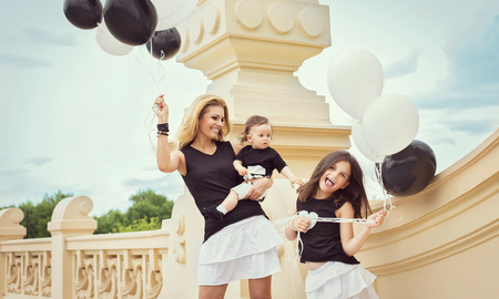 madre hijos: mother with children having a fun with baloons Foto de archivo