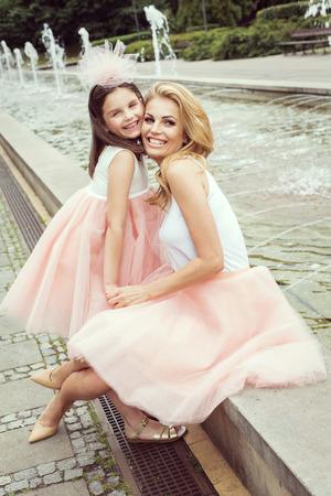 mignonne petite fille: Mère et fille dans des tenues mêmes weared jupes tutu