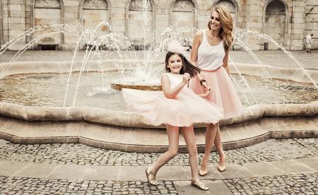 Moeder en dochter met plezier in dezelfde outfits weared tutu rokken