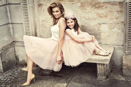 Moeder en dochter in dezelfde outfits weared tutu rokken