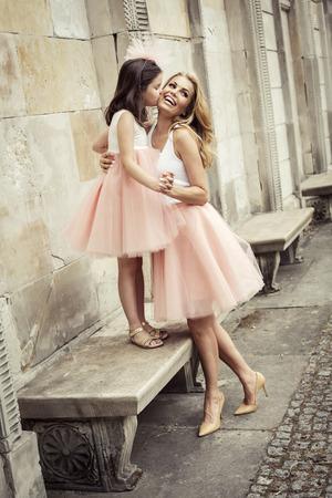 pessoas: Mãe e filha em mesmas roupas weared saias tutu