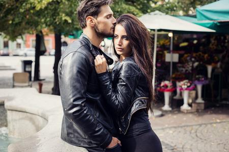 Sexy paar in lederen jas knuffelen elkaar Stockfoto