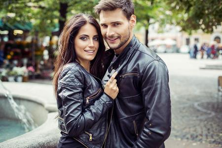 革のジャケットの魅力的なカップルの肖像画。秋の写真
