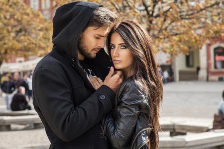 chaqueta: Retrato del otoño de pareja sexy Foto de archivo