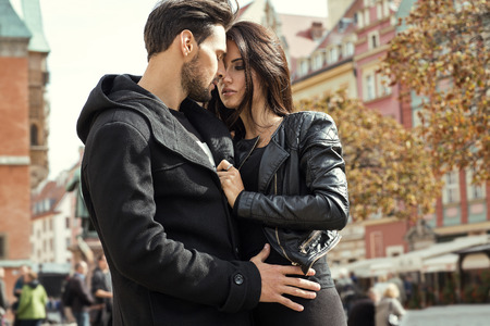 pareja casada: Pareja atractiva en la chaqueta abrazándose unos a otros Foto de archivo